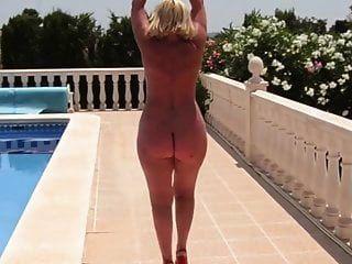 एक नग्न नंगे गधे के साथ परिपक्व पूल द्वारा चलता है