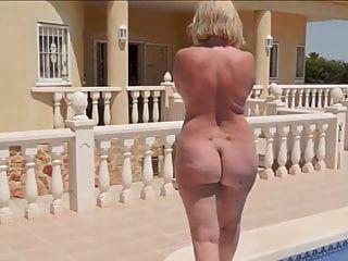 एक नग्न दौर के साथ एक परिपक्व महिला पूल द्वारा चलती है