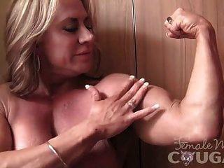 परिपक्व महिला बॉडी बिल्डर बन जाता है और हस्तमैथुन करता है