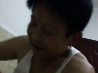चीनी नानी अपने आदमी को काउगर्ल में संतुष्ट करने का प्रयास