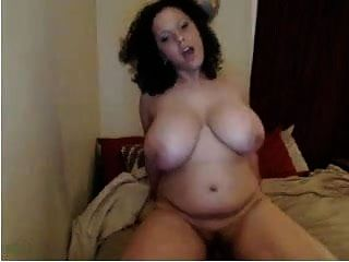 गंदा सुडौल busty वेश्या वेबकैम पर एक dildo सवारी ...
