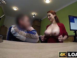 redhaired बेब कार्यालय हथौड़ा से पहले बड़े स्तन से पता चलता है