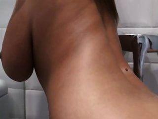 स्नान में भारी स्तन
