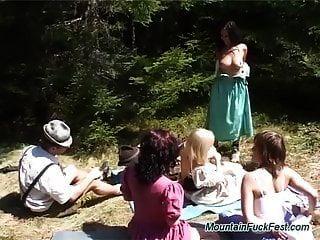 पहाड़ों में ओकट्रफेस्ट नंगा नाच