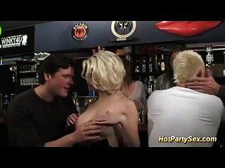 सुनहरे बालों वाली किशोर कॉकटेल बार में टक्कर लगी