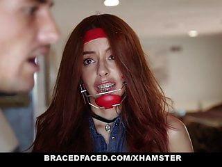 bracefaced खूबसूरत किशोर उसे दोहन बंद गड़बड़ हो जाता है