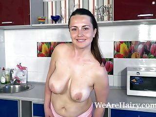 एनीमे नग्न होकर उसकी रसोई में हस्तमैथुन करती है