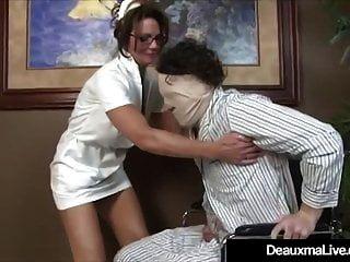 busty परिपक्व नर्स deauxma रोगी मैला गर्म handjob देता है!
