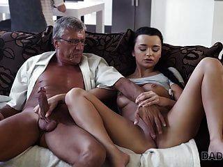 daddy4k। पुराने और युवा प्रेमियों के पीछे सहज सेक्स है ...