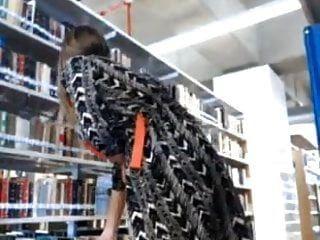 ब्लोंडी पुस्तकालय में अपने सेक्सी शरीर को दिखाता है