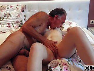 nympho दादाजी मुर्गा बेकार है और उसके साथ उसके बिस्तर में सेक्स किया है