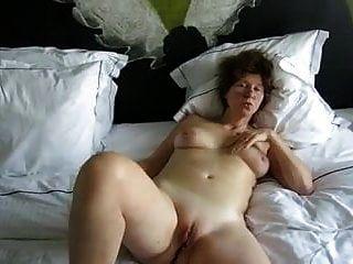 rasierte oma katharina spreizt ihre beine
