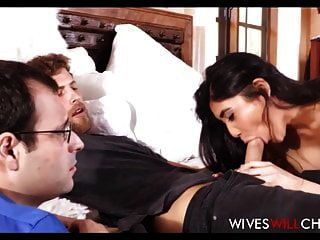 खूबसूरत एशियाई पत्नी बड़े स्तन पति के सामने आदमी fucks