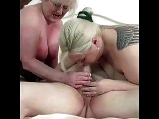 बूढ़े दादा के लिंग के साथ खेल रही दो बूढ़ी औरतें