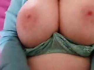 67 वर्षीय कौगर स्तन शेख़ी जबकि 29 वर्षीय शावक बकवास करता है
