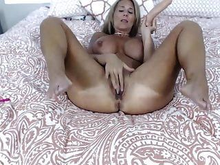 अद्भुत स्तन के साथ गोरा कौगर सभी 10 इंच लेता है