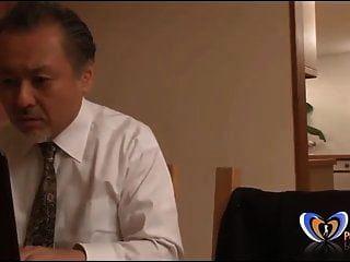 जापानी पति के सामने संभोग सुख हो रही है