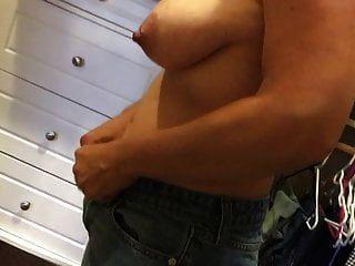 पत्नी फांसी स्तन और विशाल निपल्स