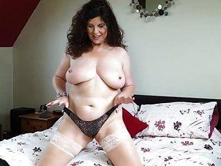बड़े स्तन और गधे के साथ सेक्सी सुडौल परिपक्व माँ