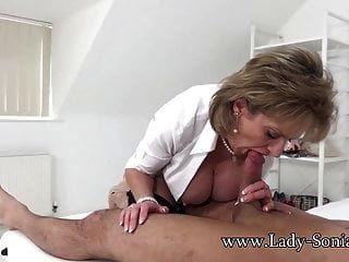 महिला सोनिया अपने बालक को सुखद अंत देती है