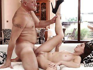 daddy4k। स्मार्ट किशोर सब उसके संतुष्ट करने के लिए बूढ़े आदमी seduces ...
