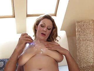 बड़े स्तन के साथ milf फूहड़ उस कठिन मुर्गा का उपयोग करता है