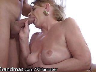परिपक्व हो जाता है उसे titties चूसा और युवा डिक इंजेक्शन!