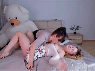 कैम पर एक प्यारा गोरा के पास बड़े स्तन के साथ श्यामला