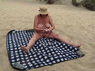 समुद्र तट पर परिपक्व खुद को दिखाता है