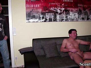 जर्मन पति ने पत्नी को छोटे लड़के के साथ पकड़ा और 3some में शामिल किया