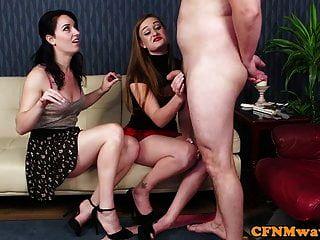 महिलाओं की जोड़ी उनके घुटनों पर नग्न उप चिढ़ाती है