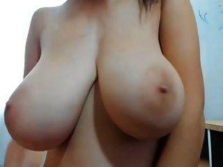 एक विशाल स्तन के साथ युवा लड़की