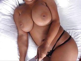 अधोवस्त्र में विशाल स्तन के साथ भव्य आकर्षक एमआईएलए