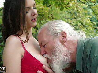 प्यारा किशोर बूढ़े आदमी के साथ छेड़खानी करता है और कट्टर बकवास हो जाता है बिल्ली चाटना