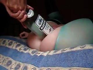 गर्म पत्नी ने पति को एक बड़ी बोतल दी और उसकी चूत में मुट्ठी डाल दी