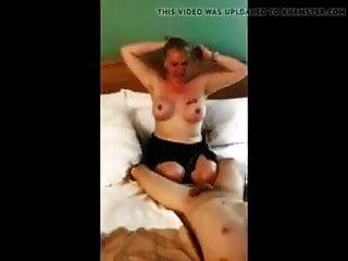 ब्वॉयफ्रेंड हबी फिल्मों के साथ पत्नी को टोकते हैं