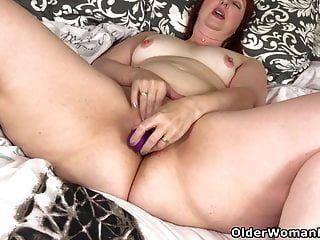 अमेरिकन एमआईएलए स्कारलेट एक डिल्डो को उसकी चूत में गहरे धकेल देती है