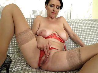 सुपर गर्म स्तन और भूख योनी के साथ माँ लुसिंडा