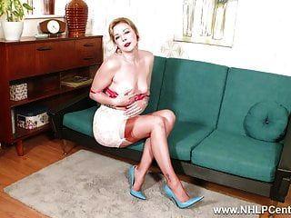 सुनहरे बालों वाली लड़की विंटेज नाइलन के मोज़े ऊँची एड़ी के जूते में wanks
