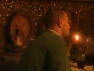 उसकी प्रेमिका बार में रात के खाने के लिए अजनबियों के शुक्राणु खाती है